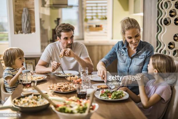 famille heureuse, s'amuser tout en parlant au cours de l'heure du déjeuner dans la salle à manger. - déjeuner photos et images de collection