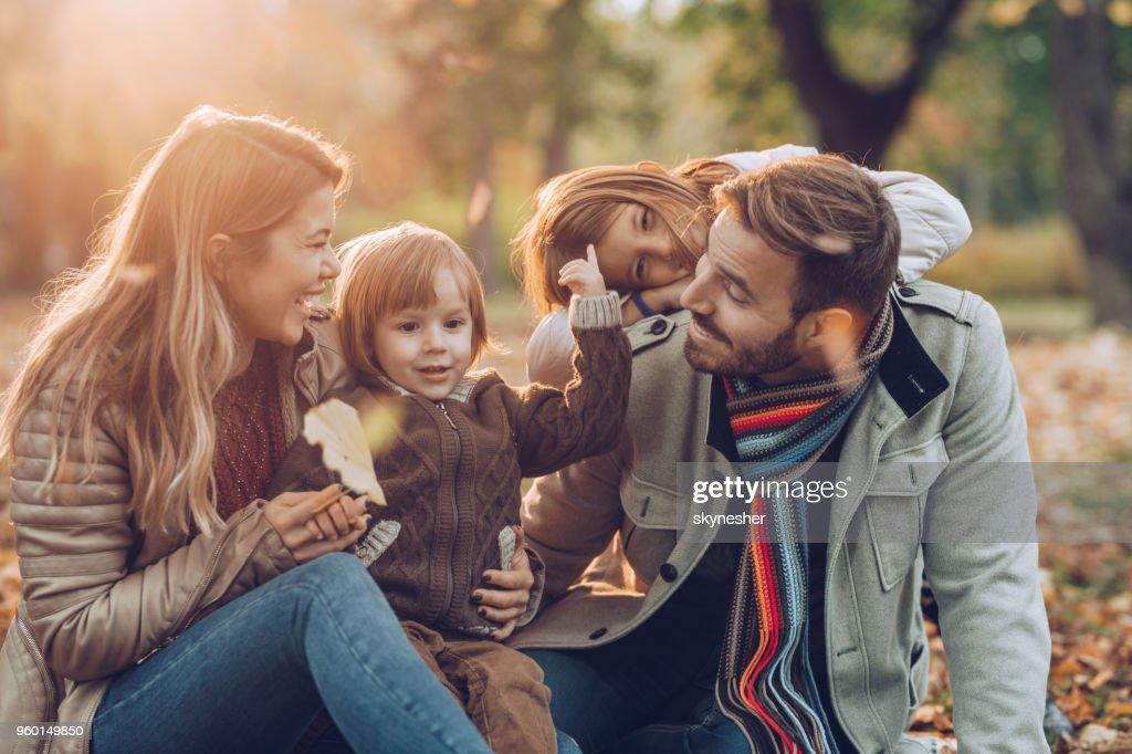 Glückliche Familie Spaß während des Gesprächs in Herbsttag im Park. : Stock-Foto