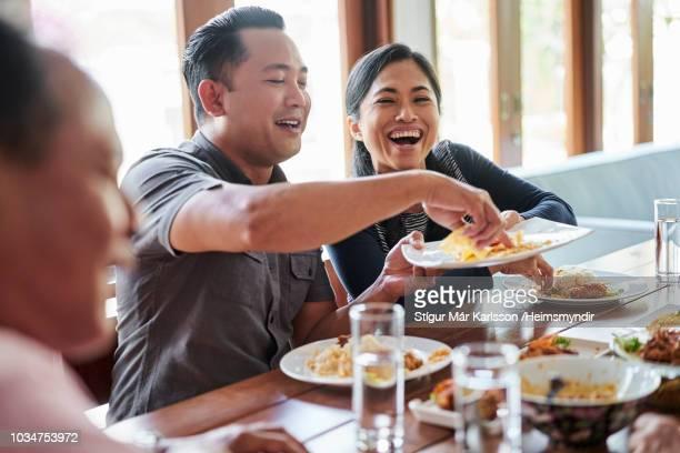 Glückliche Familie zu Hause zu Mittag