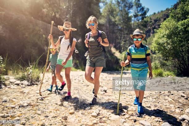 familia feliz senderismo en las montañas de andalucía - actividad fotografías e imágenes de stock