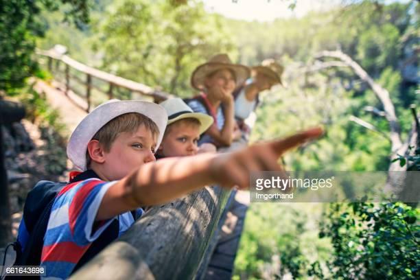 Glückliche Familie Wandern in Mallorca Bergen