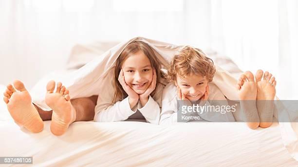 Glückliche Familie im Bett