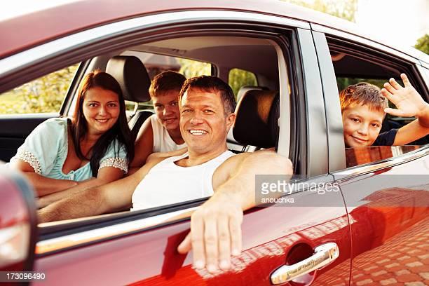 Familia feliz en coche listo para viajes
