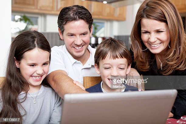 happy family in front of computer - voor stockfoto's en -beelden