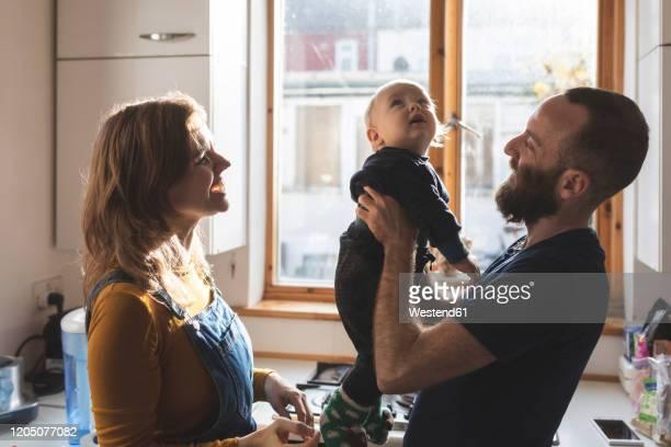 happy family in the kitchen at home - vie réelle photos et images de collection