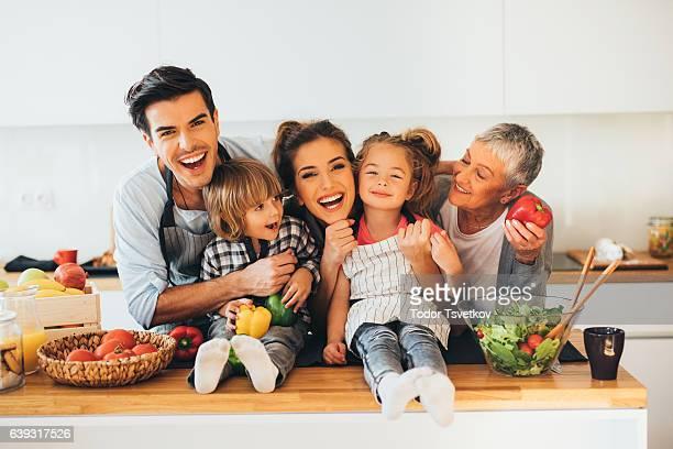 Famille heureuse, dans la cuisine