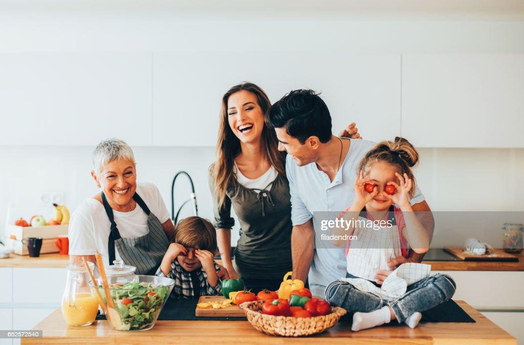 Glückliche Familie in der Küche : Stock-Foto