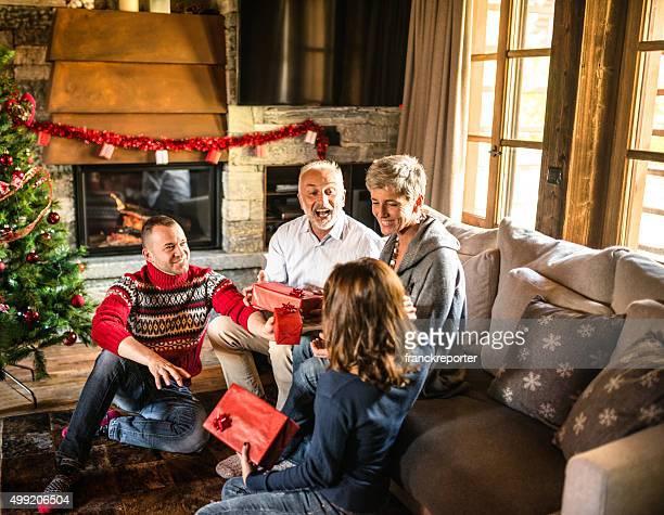 Glückliche Familie im Wohnzimmer für Weihnachten