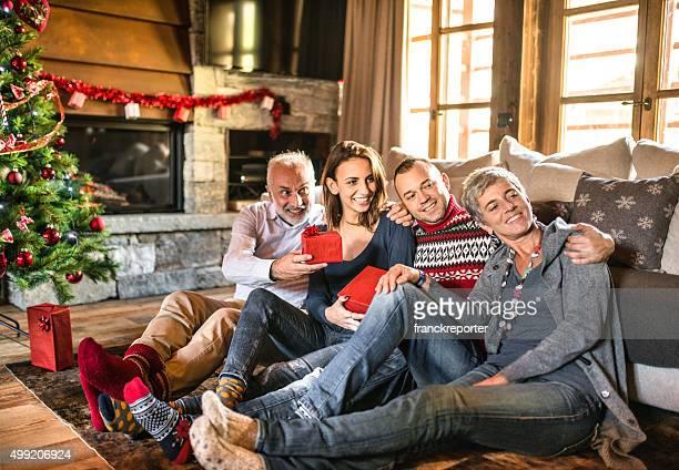Heureuse famille dans la salle de séjour de Noël