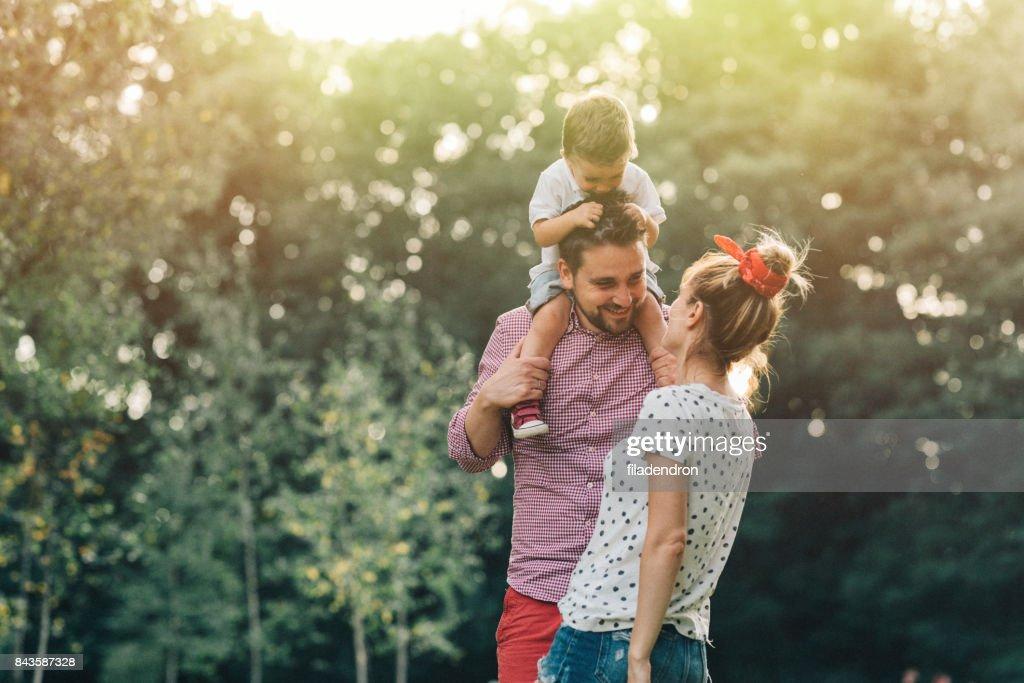 Familia feliz en el parque : Foto de stock