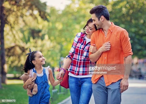 Gelukkige familie is wandelen in het park