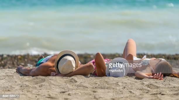 Glückliche Familie am Strand Resort Hotel liegen