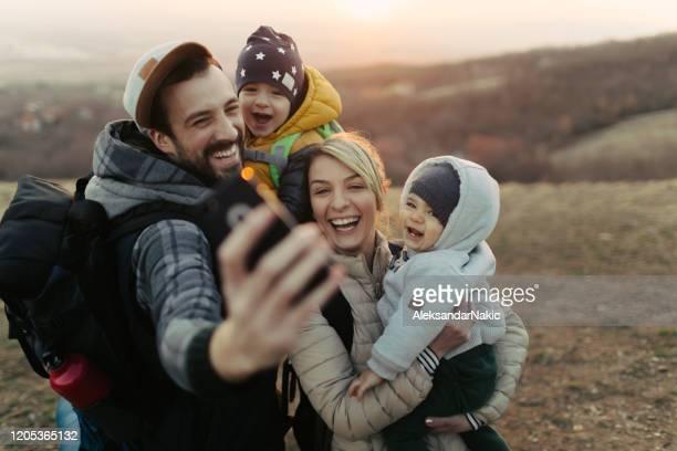 gelukkige familie die een selfie maakt - actieve levenswijze stockfoto's en -beelden