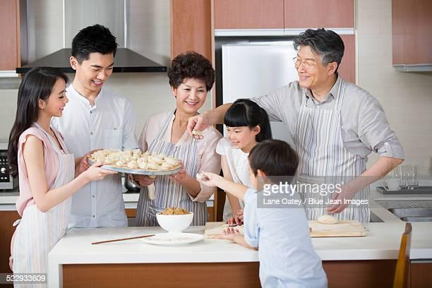 happy family making dumplings - 片付いた部屋 ストックフォトと画像