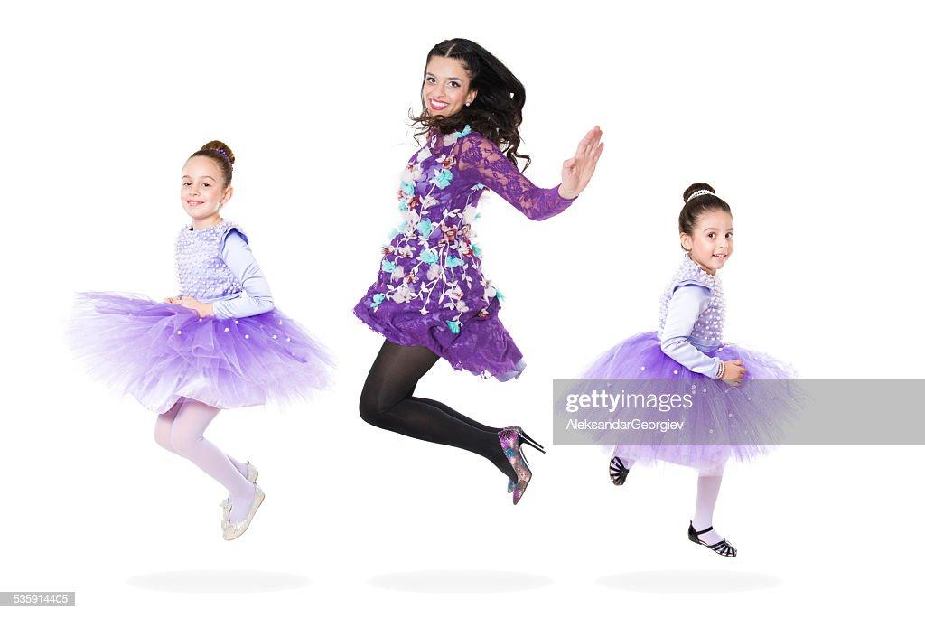Feliz família mãe e filhas Saltar Como bailarinas : Foto de stock