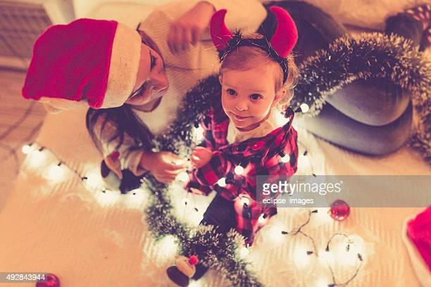 Famille heureuse mère et Petite fille jouant de Noël