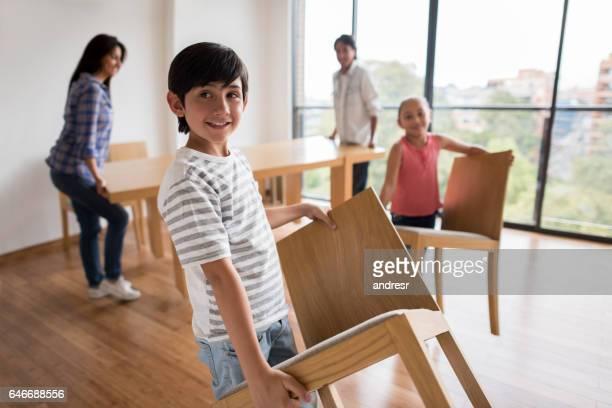 família feliz para casa - mesa mobília - fotografias e filmes do acervo