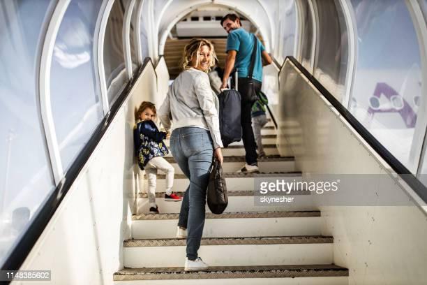 famiglia felice che sale le scale verso l'aereo. - spostarsi verso l'alto foto e immagini stock