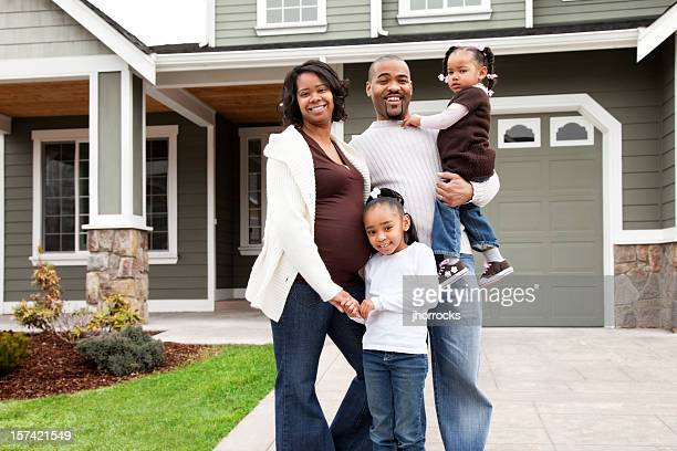 Heureuse famille de quatre personnes à la maison