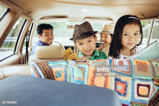 gelukkig gezin van vier - financiële cijfers stockfoto's en -beelden