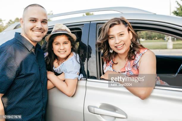 Famille heureuse de trois prêts pour le voyage sur la route