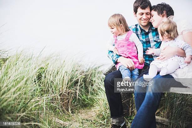 Família feliz no Banco de Parque