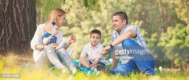 Famille heureuse, s'amuser en plein air