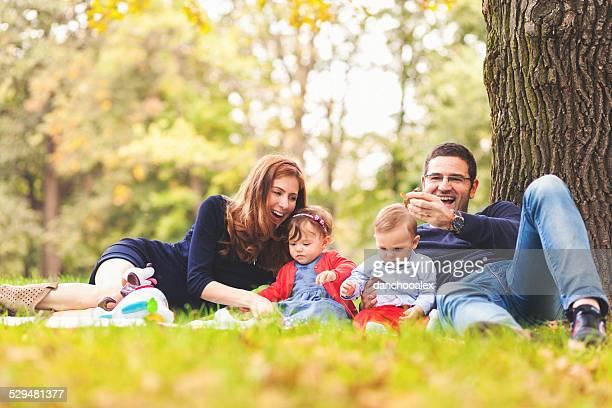 Famille heureuse à l'extérieur dans le parc