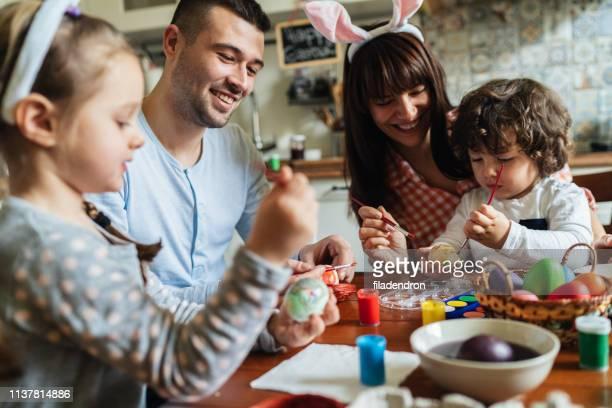 ovos de easter da pintura da família feliz - easter family - fotografias e filmes do acervo