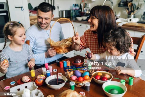 lycklig familj målning påskägg - tvåbarnsfamilj bildbanksfoton och bilder