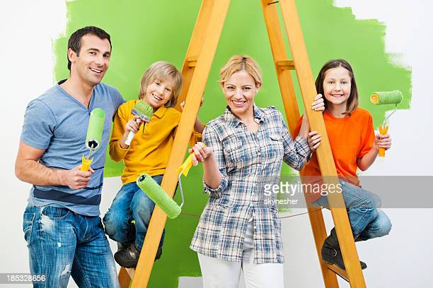Famille heureuse peinture murale dans la zone verte.
