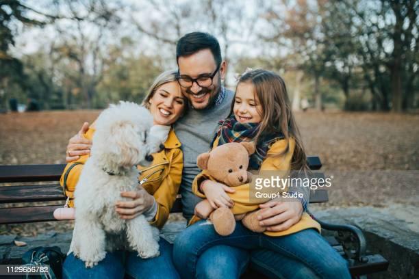 happy family - barboncino nano foto e immagini stock