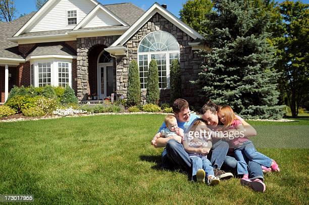 happy familia - casa estilo rancho fotografías e imágenes de stock
