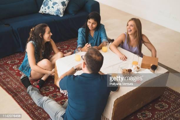 cartões de jogo felizes da família na sala de visitas - carta de baralho jogo de lazer - fotografias e filmes do acervo