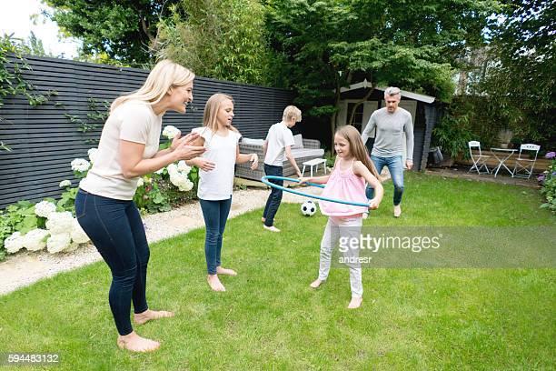 familia feliz jugando al aire libre - mama futbol fotografías e imágenes de stock