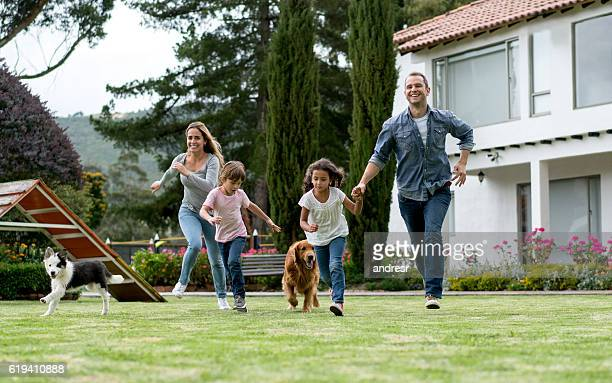 Glückliche Familie spielen im Freien