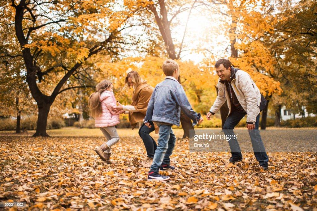 Glückliche Familie zusammen in Herbsttag zu spielen. : Stock-Foto
