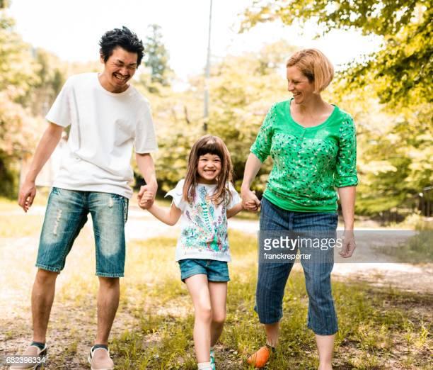 公園で幸せな家族の肖像画