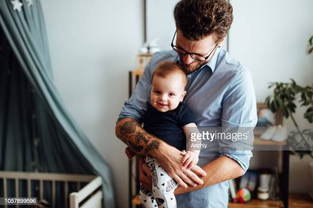 gelukkig familieportret - vader stockfoto's en -beelden
