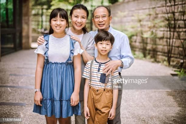 glückliches familienportrait - genderblend stock-fotos und bilder