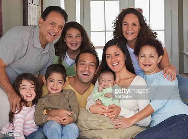 Glückliche Familie posieren mit baby