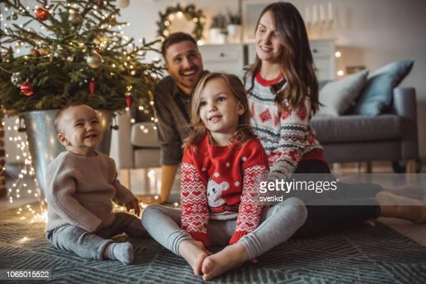 gelukkige familie bereiden voor kerstmis - christmas jumper stockfoto's en -beelden