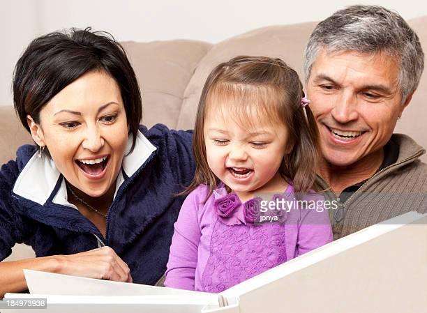 幸せな家族の読書を孫娘