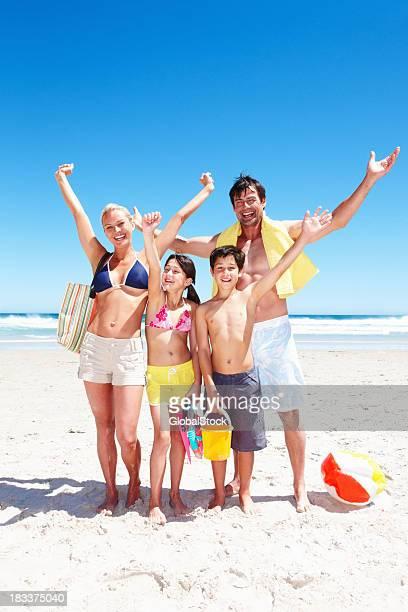 Heureuse famille prêt à passer du bon temps sur la plage