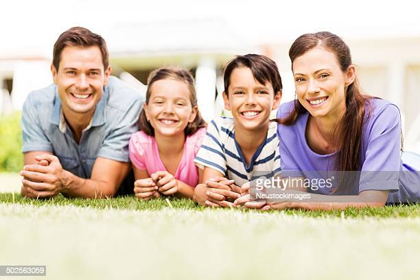 Glückliche Familie entspannend auf dem Rasen