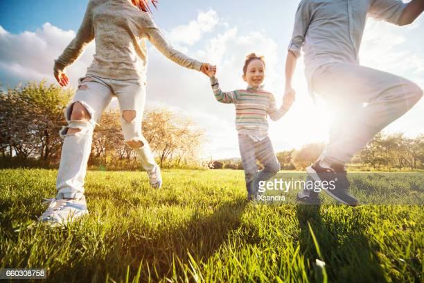 Fröhliche Familie Laufen im park