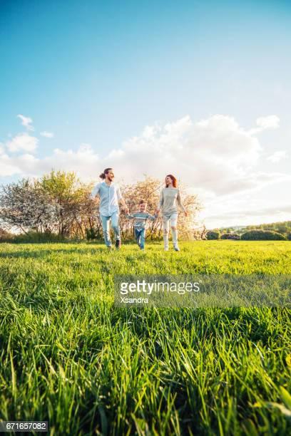 Familia feliz corriendo en el parque