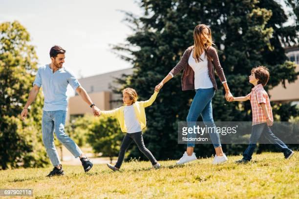 幸せな家族のランニング公園の