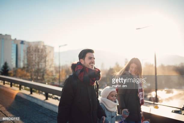 familia feliz compras regalos navidad - winter family fotografías e imágenes de stock