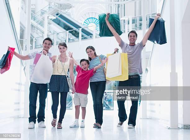 Glückliche Familie zusammen in der mall einkaufen